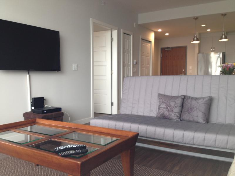 Executive Lower Lonsdale 1 Bedroom, vakantiewoning in North Vancouver