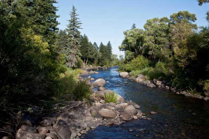 Eagle River verläuft durch die EagleVail Gemeinschaft.