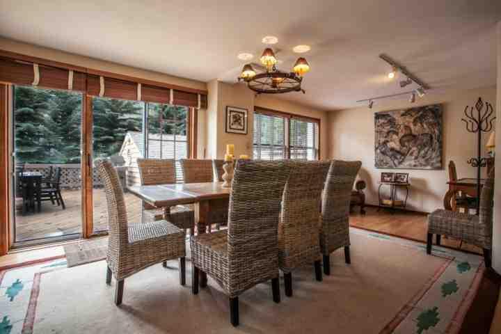 comedor con capacidad para 8 y el acceso a la terraza con parrilla de gas y mesa de comedor al aire libre.