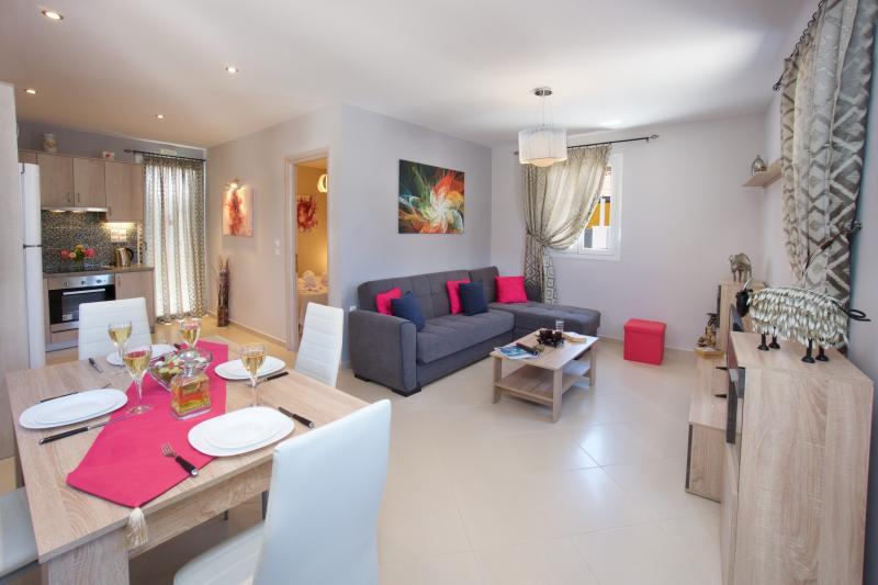 """""""Memories"""" 55 sqm house with garden, 50m from the beach., aluguéis de temporada em Sami"""