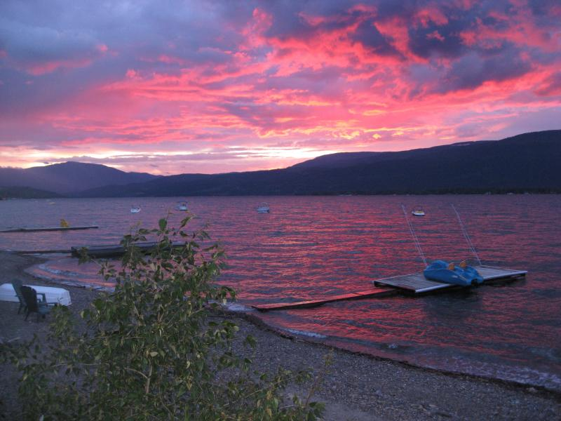 On Shuswap Lake a Deluxe Private Beach House, alquiler de vacaciones en Salmon Arm
