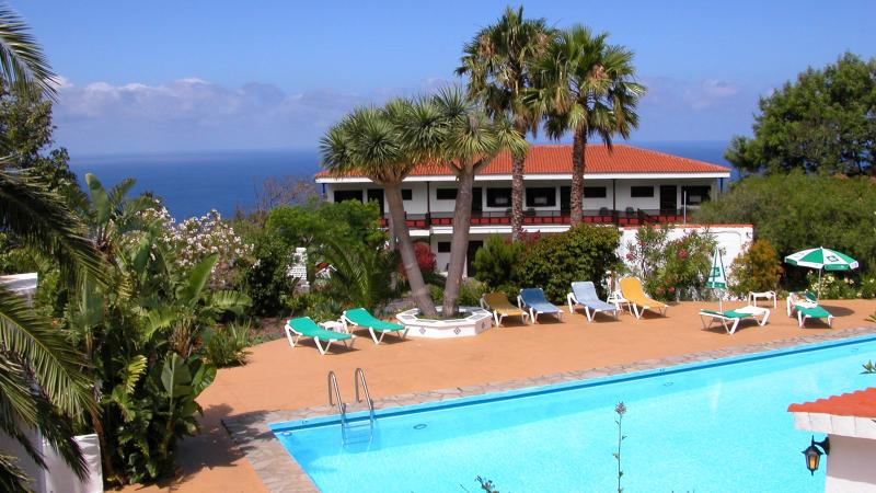 Apartamentos Miranda - Relax on the green island - Pool, vacation rental in Playa De Los Cancajos