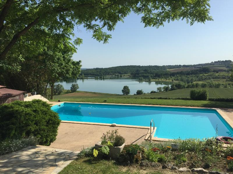 Stunning views of the lake and village of Tombeboeuf