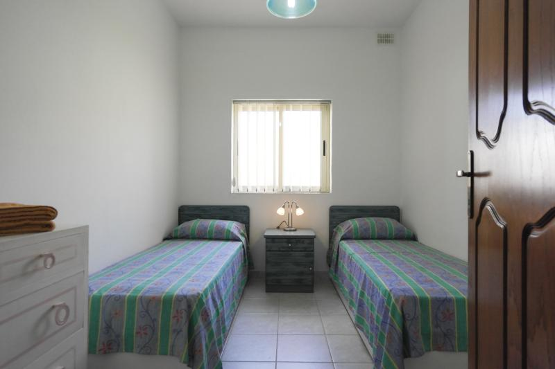 ATTARD - SPARE ROOM WITH TWO SINGLE BEDS, vacation rental in Haz-Zebbug