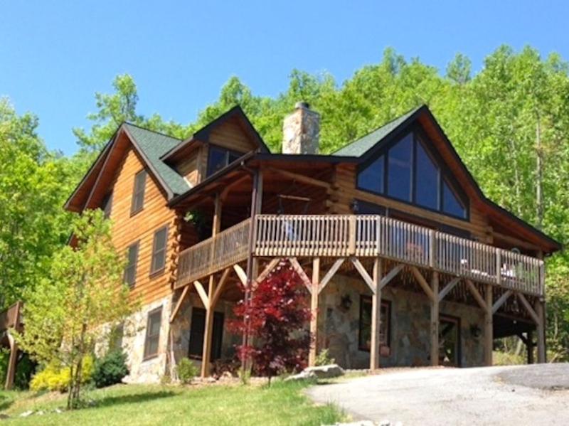 5 BR Upscale Mountain Log Home - Great Views, alquiler vacacional en Black Mountain