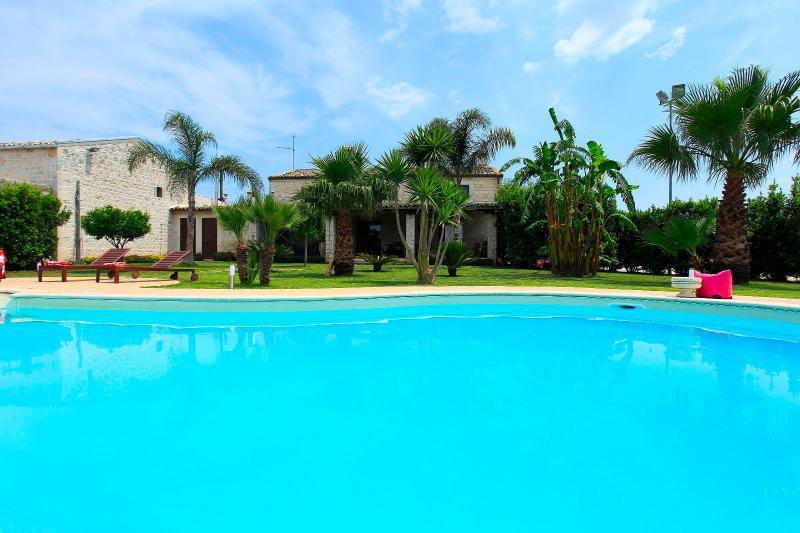 Villa Antica Aia con piscina-Patria di Montalbano, holiday rental in Scicli