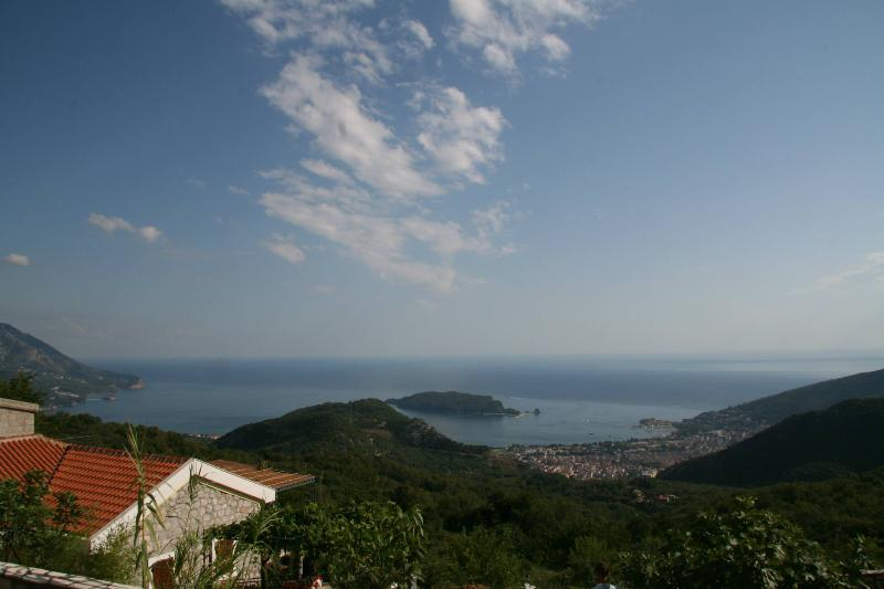 Luxury villa with private pool and stunning view, alquiler de vacaciones en Budva