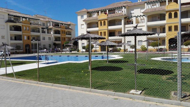 Dos piscinas y cesped, en urbanización cerrada.