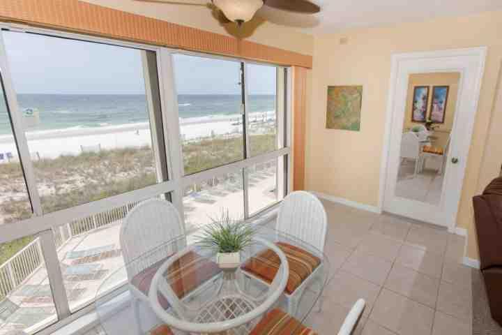 Grote, betegelde ingesloten balkon met uitzicht op het strand en de Golf