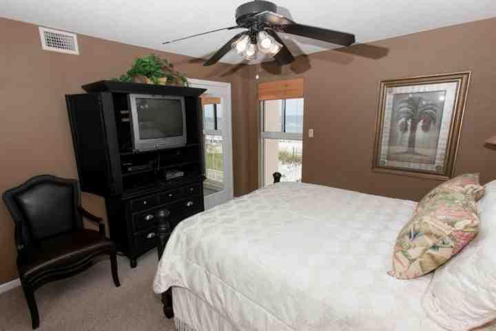 Gastenkamer met TV / DVD, een zithoek en uitzicht op de Golf