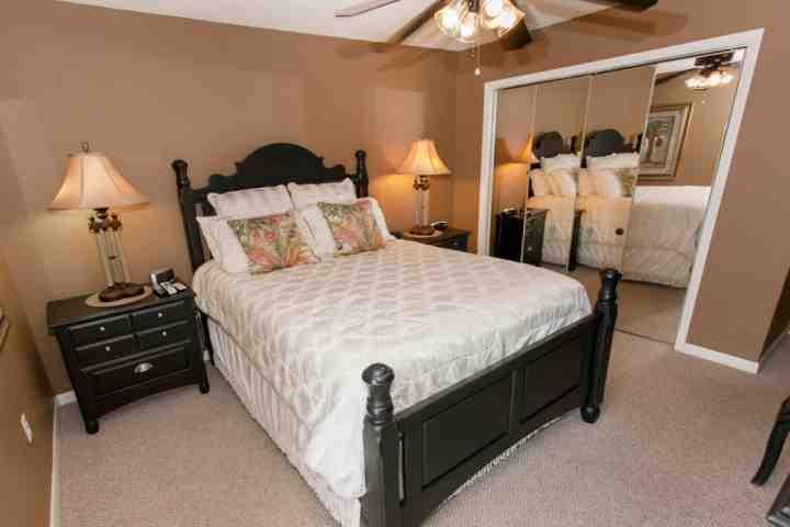 Kamer met een dubbele nachtkastjes en dubbele kast