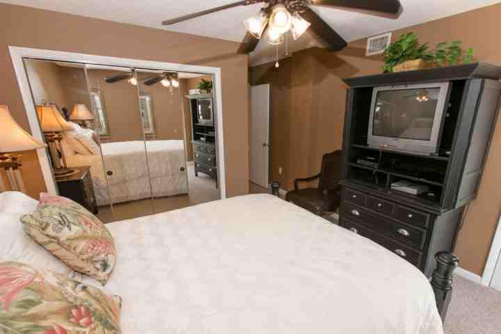 Kamer met een ventilator aan het plafond op zoek naar de deur