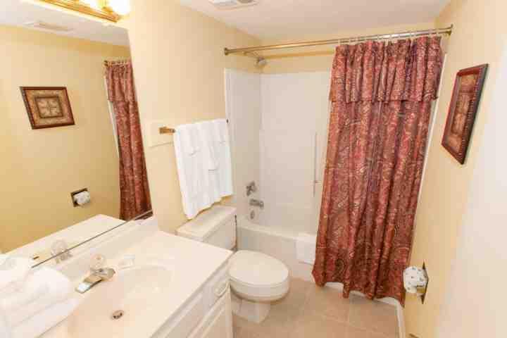 Gast badkamer met bad / douche