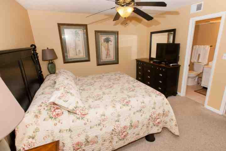 Slaapkamer met triple dressoir, flat screen TV / DVD en een eigen badkamer