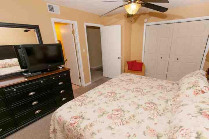 Slaapkamer met een kingsize bed
