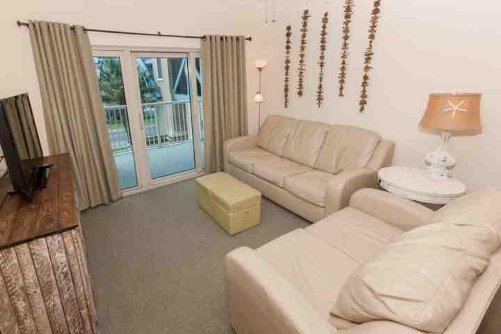Soggiorno con divano letto e accesso al balcone