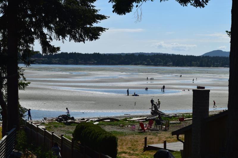 Deluxe Rathtrevor Beachfront Home - Fantastic Ocean Views, holiday rental in Parksville