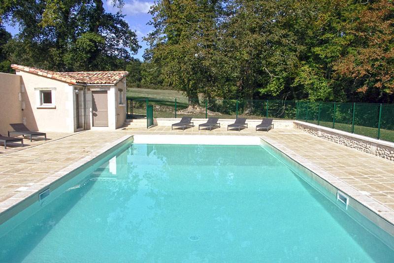 L'espace piscine, avec douche solaire, brumisateur, lits bain de soleil...