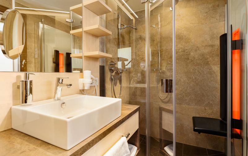 The modern wet room with Infrarotpanneel