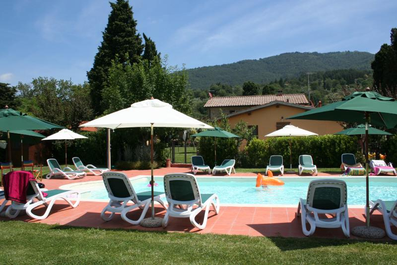 LIMONI Cottage for 2 in countryside nearby Florence + pool and jacuzzi, holiday rental in Montemignaio