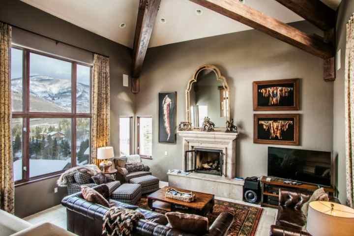 Salon principal avec foyer au gaz, télévision à écran plat et vue imprenable sur la montagne!