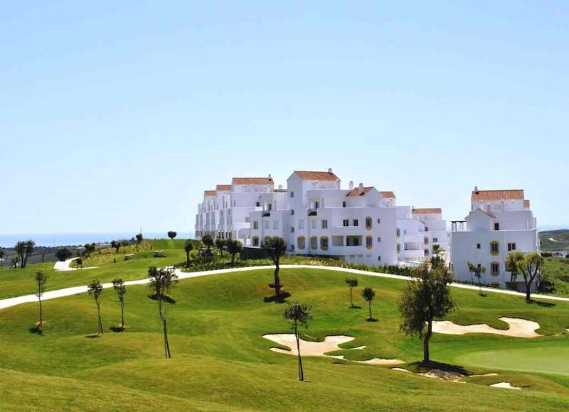 LUXURY 2 BEDROOM FRONT LINE GOLF APARTMENT CLOSE TO ESTEPONA TOWN