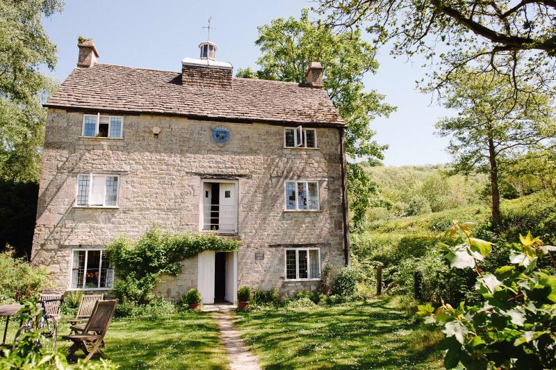 This 18th century listed building is set in an orchard, and lies just behind an ancient pond