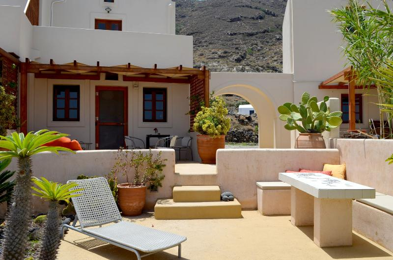 Absolut peace north villa, holiday rental in Oia