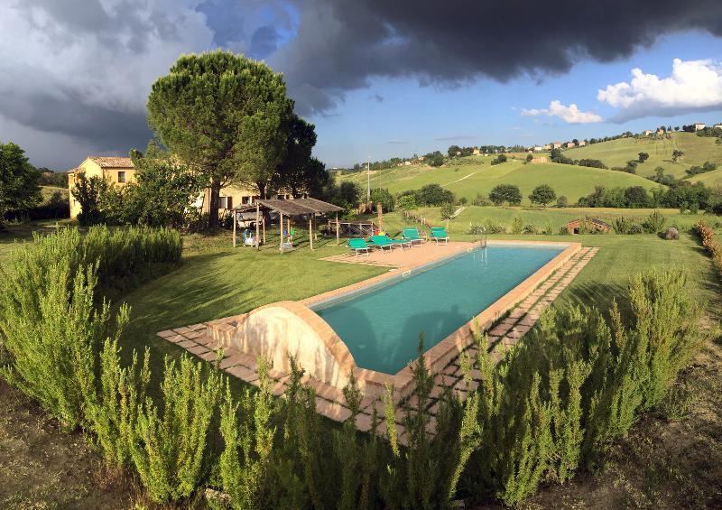 Casa del Sole con piscina e giardino, vacation rental in Loro Piceno
