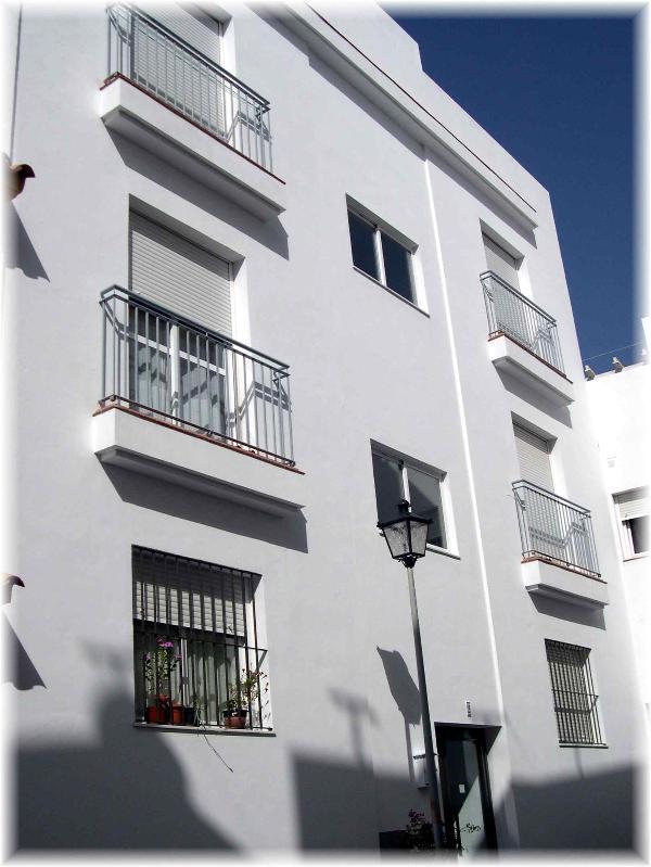 Parte delantera del alojamiento. Fachada del edificio.