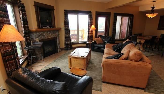 Esta amplia sala de estar cuenta con una acogedora chimenea, un televisor de pantalla plana y un reproductor de DVD