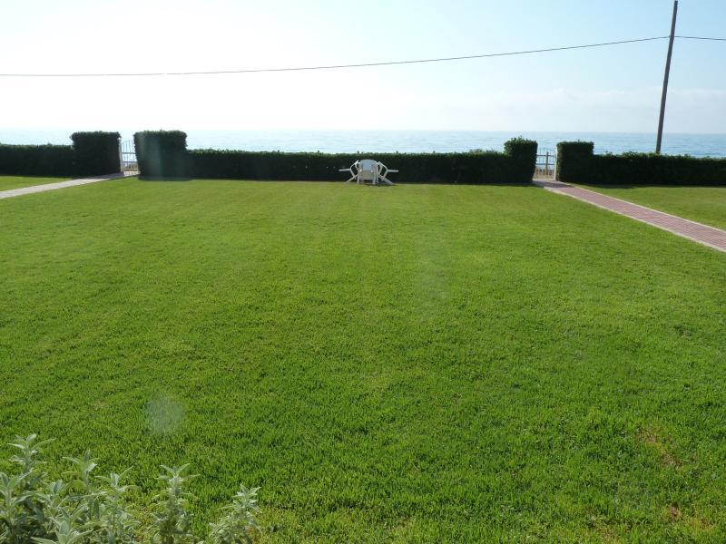 Apartamento con jardín en primera linea playa con vistas directas al mar, aluguéis de temporada em Vinaros