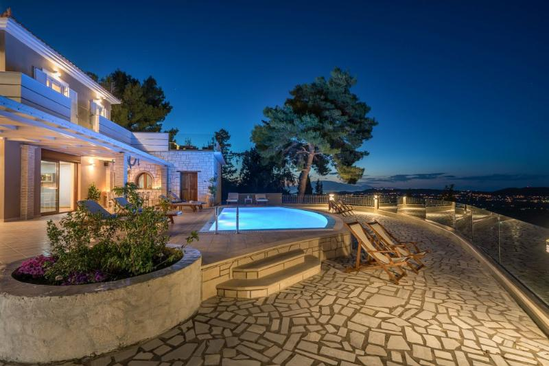 Castelli Luxurious 4-Bedroom Private Pool Villa, holiday rental in Lagopodo