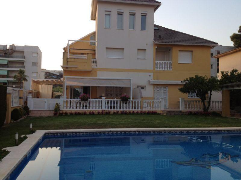 piscina y jardín