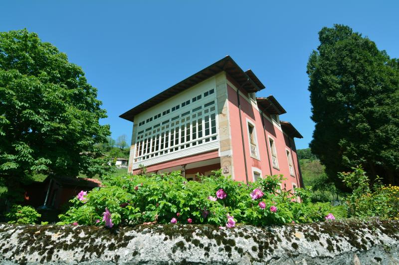 Beautiful B&B, great location to relax and to explore Asturias, holiday rental in Torazo