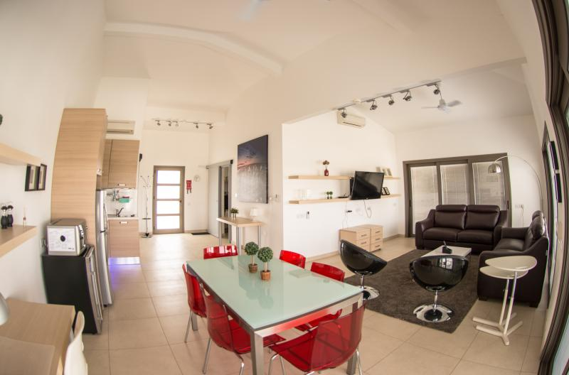 Luxurious One-Bedroom Penthouse Suite, vacation rental in Strovolos