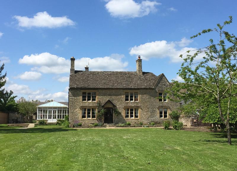 The Farmhouse - Grade II listed property on the edge of the Cotswold's, aluguéis de temporada em Tackley