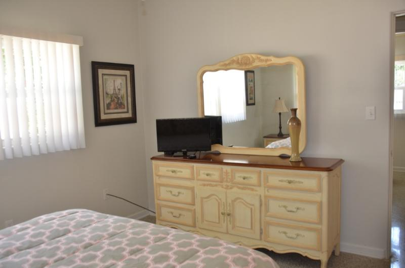 Master Bedroom w/Queen bed cable TV