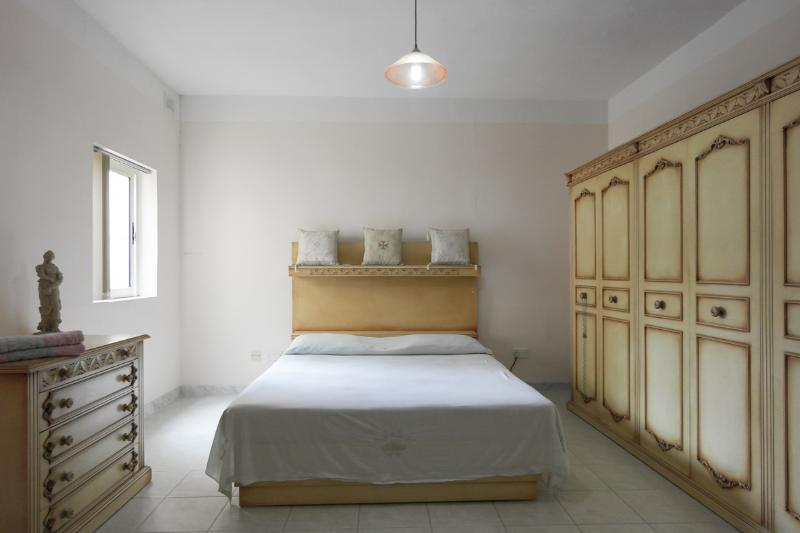 ATTARD: MASTER ENSUITE WITH KINGSIZE BED, vacation rental in Mosta