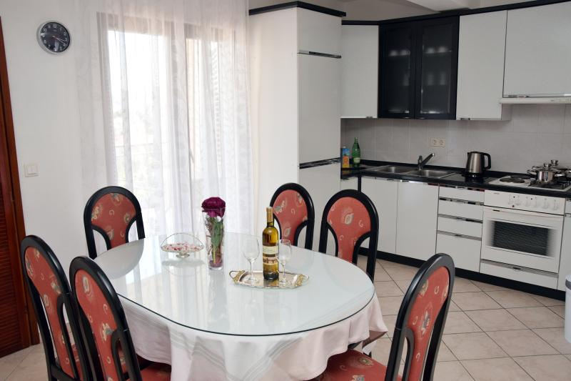 Apartment Paštar for 7 persons (5+2), holiday rental in Seget Vranjica