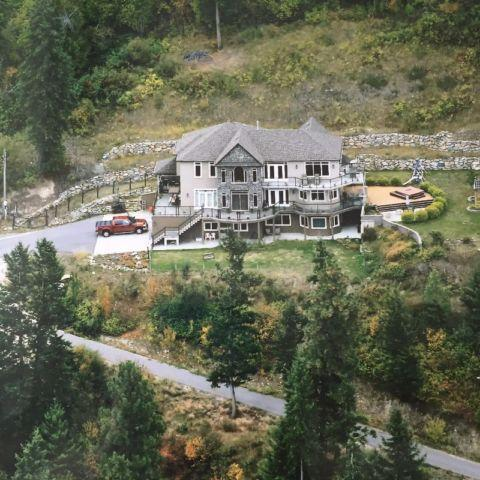 STUNNING HILLSIDE LOCATION OVERLOOKING VERNON, vakantiewoning in Vernon
