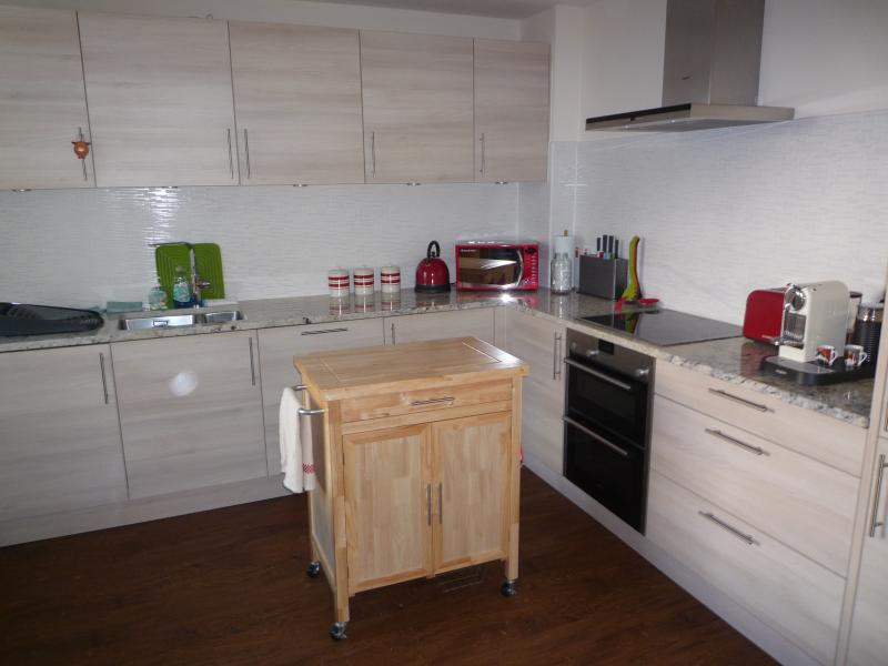 Fully Equipped Modern Kitchen w/ Foldaway Table & Chairs for 4