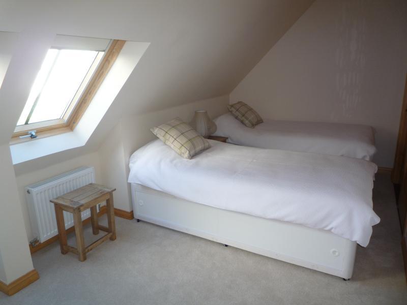 Second Bedroom w/ 2 x Single Beds