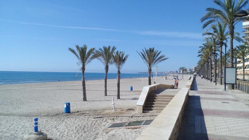 FANTASTICO APART. LOFT AL LADO DE LA PLAYA TOTALMENTE EQUIPADO (WIFI), vacation rental in Sant Joan d'Alacant