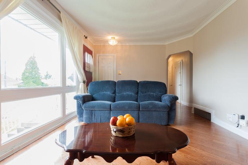 amplio salón con grandes ventanales