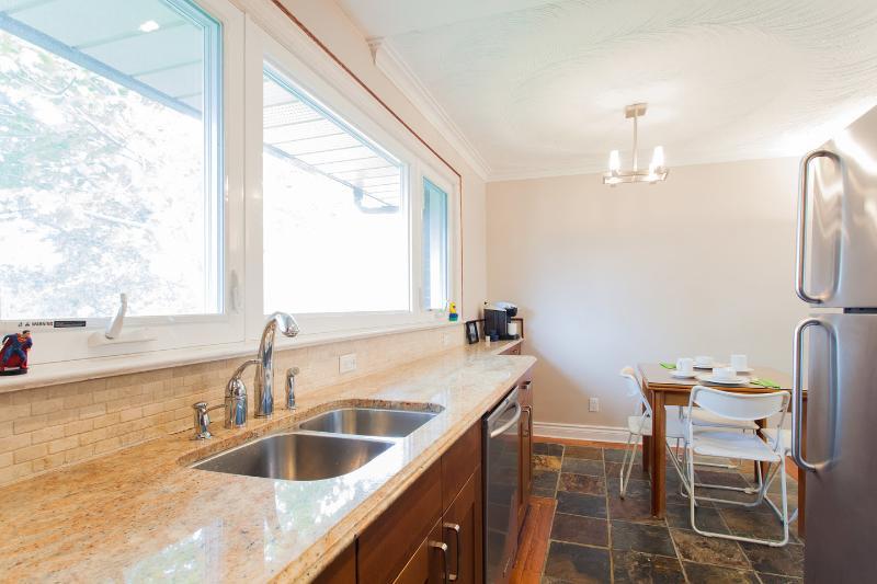 Renoverat kök med granit bänk