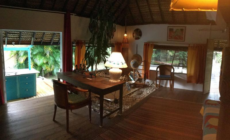 Bungalow polynesien SDB, toilette, cuisine prives, holiday rental in Vaiare