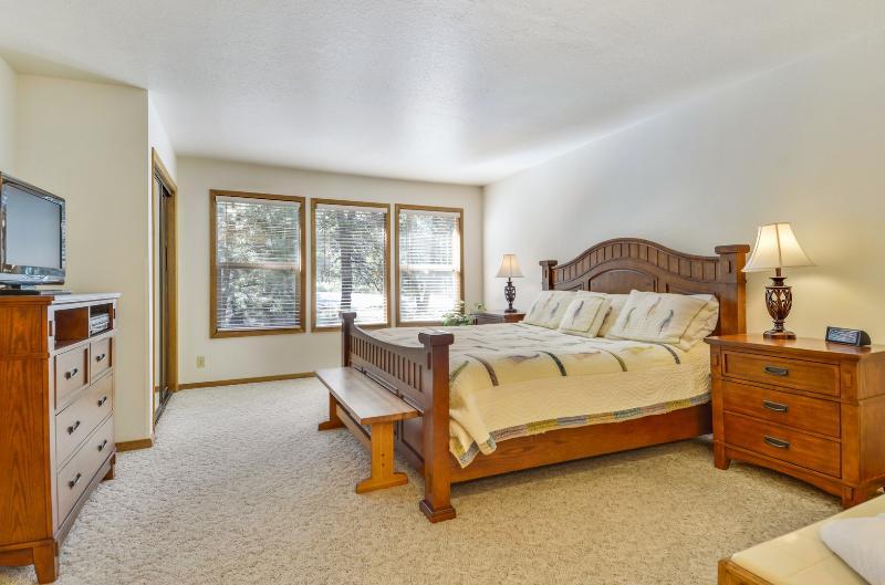 Bench,Cabinet,Furniture,Sideboard,Lamp