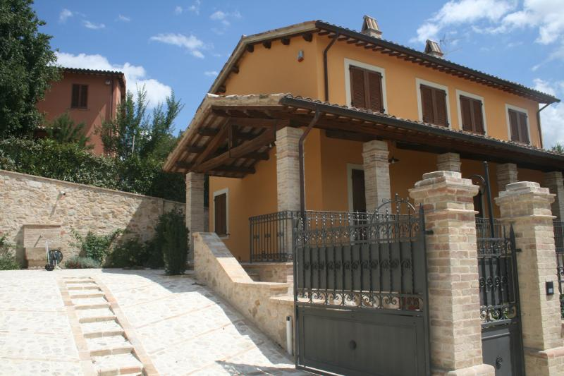 Antico Casale con piscina tra Foligno e Assisi, holiday rental in Foligno
