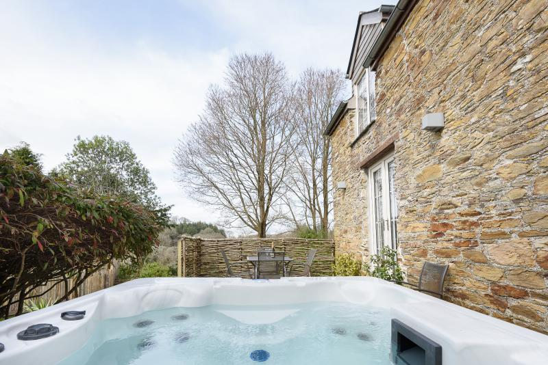 Bridle Cottage - Hot tub, view over valley